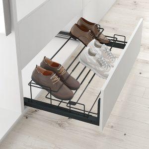 Soporte zapatos en el frontal de armario