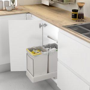 Cubo extraíble y doble para reciclar en una cocina moderna