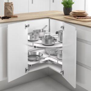 Bandeja giratoria para almacenar objetos en el mueble esquinero de la cocina