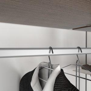 Accesorio de barra con almohadilla amortiguadora para colgar prendas dentro de un módulo vestidor