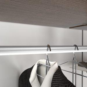 Barra con iluminación LED para colgar prendas de ropa en un módulo vestidor