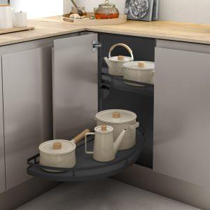Bandeja extraíble para alamacenar cacerolas y sartenes en armario esquinero de la cocina de forma ordenada